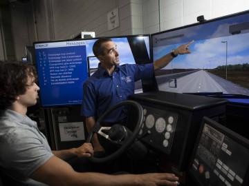 Apprentissage sur simulateur de conduite de véhicules lourds.